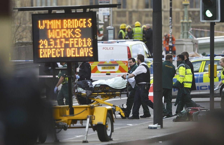Un blessé est évacué sur le pont de Westminster, après qu'une voiture ait foncé sur des piétons.