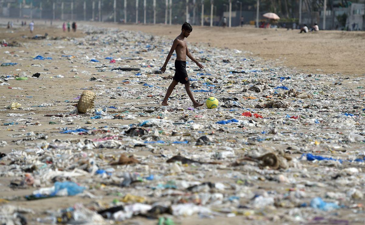 """Dramatische Verschmutzung am Strand von Mumbai. Beim G7 soll ein """"Charlevoix-Plans über gesunde Ozeane"""" einschließlich einer """"Charta"""" über den Schutz der Ozeane vor der Verschmutzung mit Plastikmüll verabschiedet werden."""