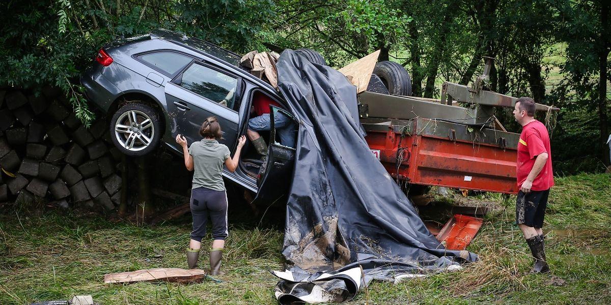 La violence des flots a arraché les portes de garage et entraîné les voitures dans sa furie. La vallée de l'Ernz n'était plus que désolation.