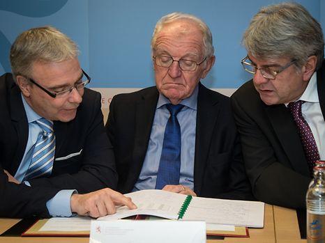 Le nouvel accord salarial pour la fonction publique signé lundi prévoit le versement d'une prime unique d'1 % de leur traitement de 2016 à tous les fonctionnaires dès avril 2017.