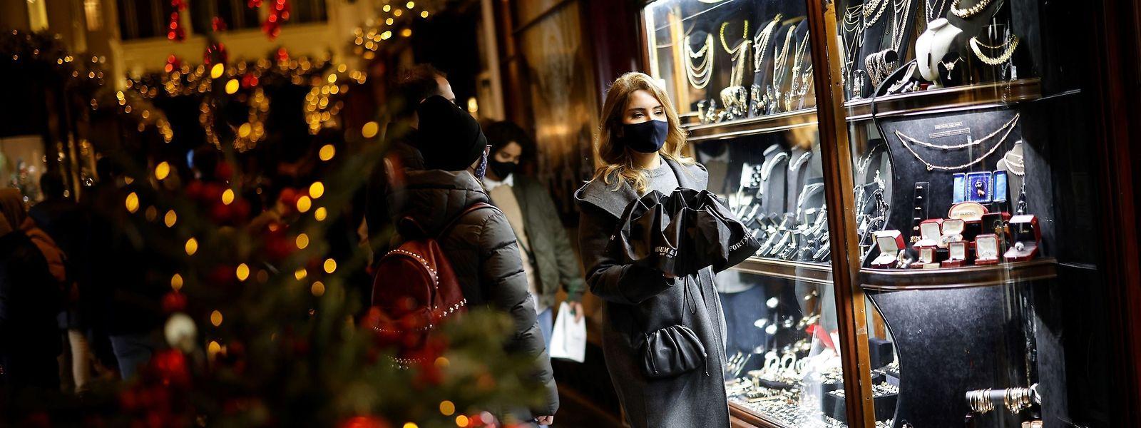 Wegen einer neuen Variante des Virus, die sich schneller ausbreitet, hat der britische Premierminister neue Einschränkungen für Weihnachten angekündigt.
