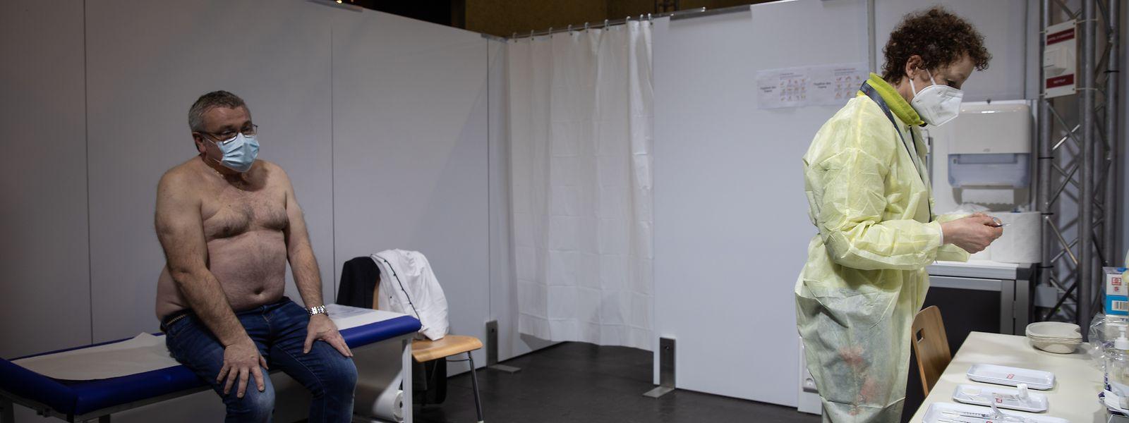 Paciente à espera de ser vacinado contra a covid-19 no Hall Victor Hugo, na capital.