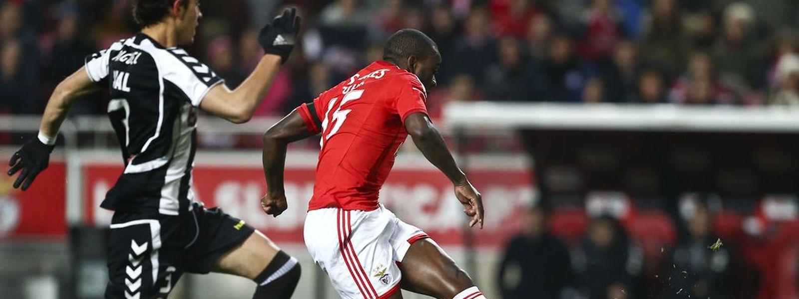 Ola John (Benfica) disputa a bola com Miguel Rodrigues (Nacional da Madeira)