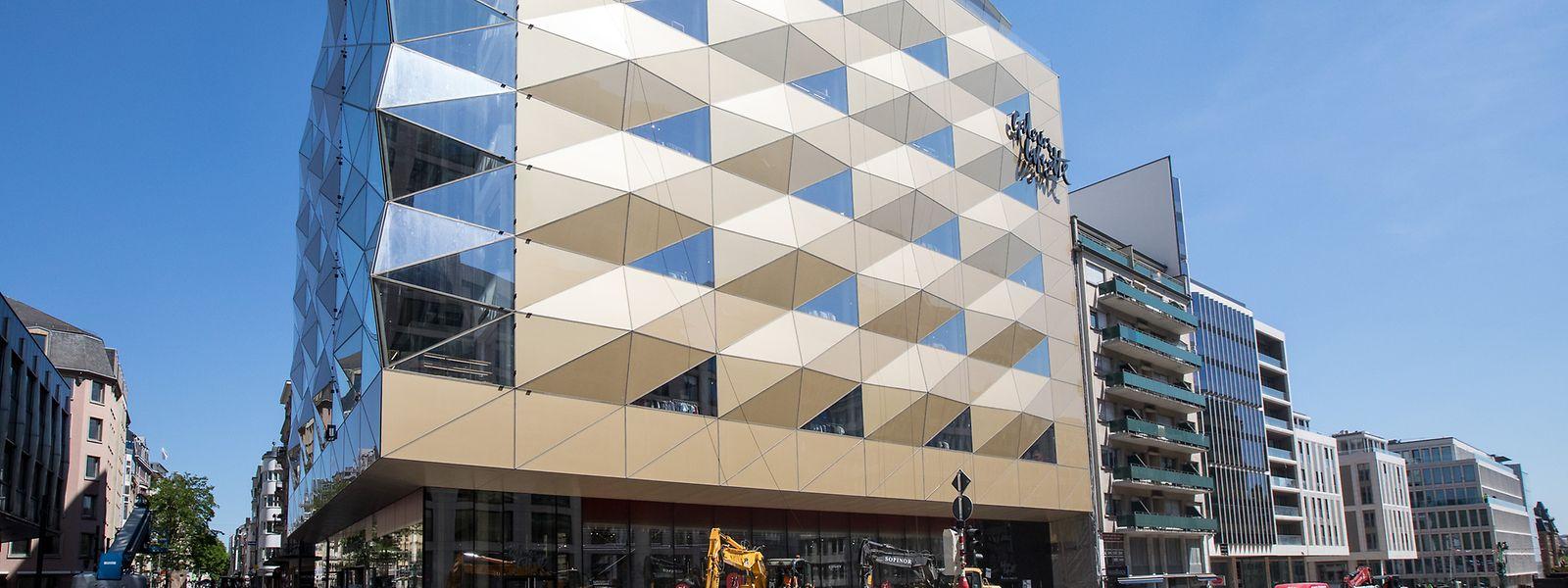 Seit einem Jahr haben Fnac, Delhaize und Galeries Lafayette ihre Türen geöffnet. Für das Panorama-Restaurant in den beiden oberen Stockwerken des Gebäudes mit der Goldfassade wird jetzt scheinbar ein neuer Mieter gesucht.