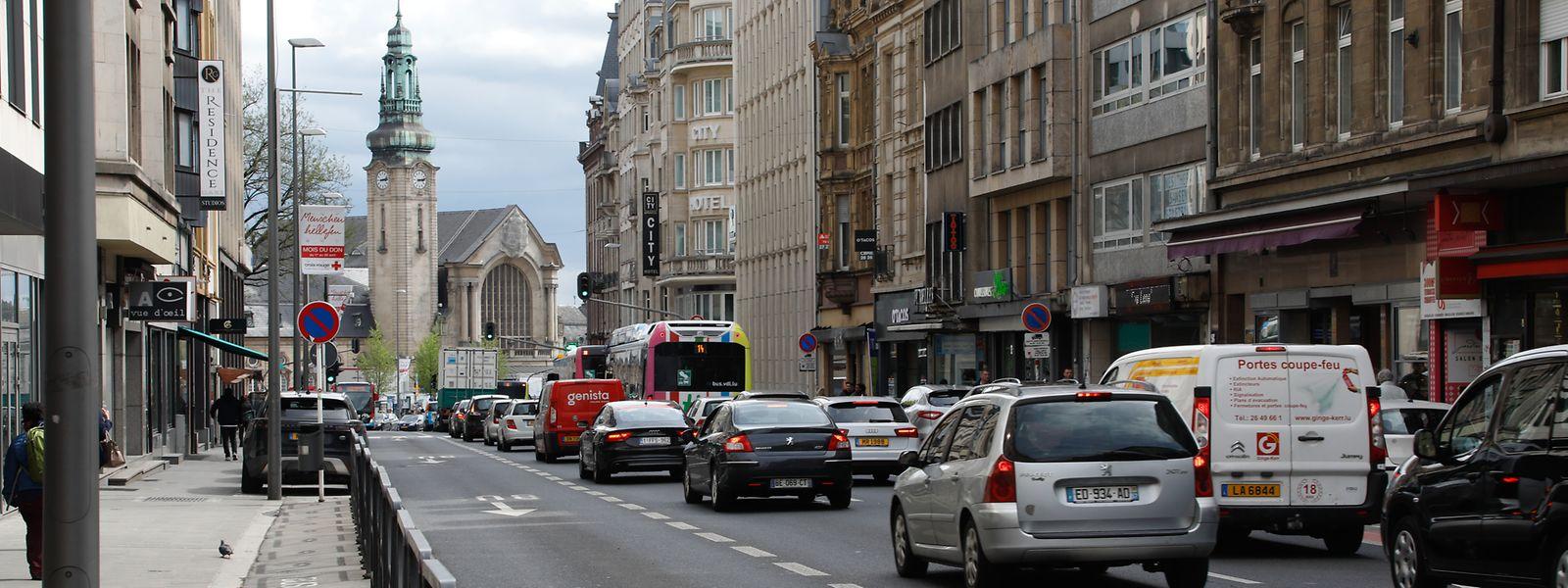 Langsam bahnt die Tram sich ihren Weg zum Hauptbahnhof.