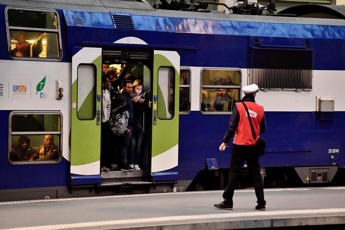 Die wenigen Züge, die am Dienstag verkehrten, waren hoffnungslos überfüllt.