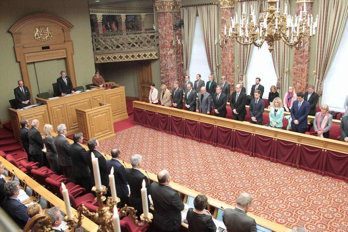 Silence absolu à la Chambre des députés à Luxembourg, pour rendre hommage aux victimes des attentats du 13 novembre à Paris.