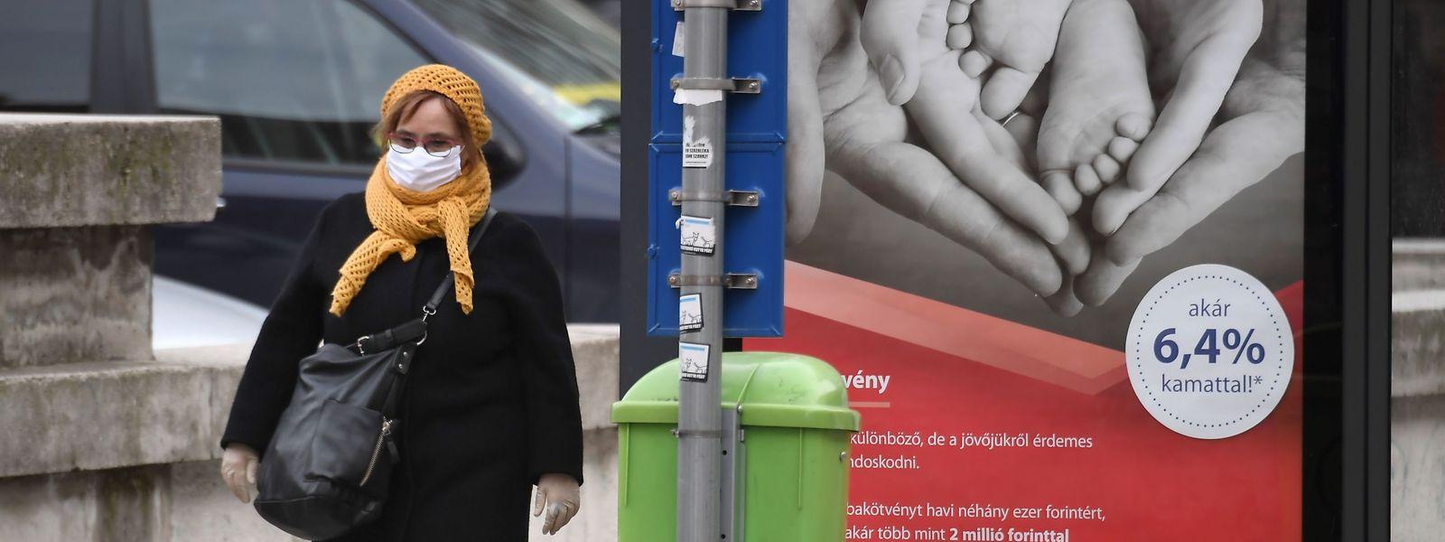 Eine Passantin mit Gesichtsmaske in Budapest.
