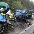 Die Schäden an den Autos zeigen wie heftig der Unfall war.