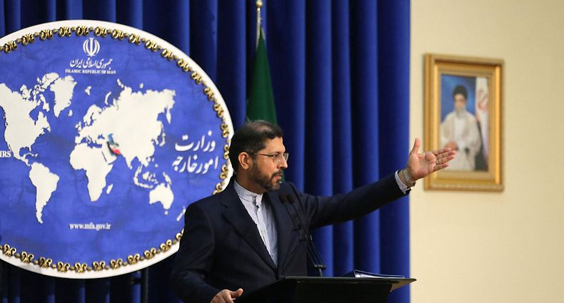 """Iranian foreign ministry spokesman Saied Khatibzadeh gestures during a press conference in Tehran on February 22, 2021. - Iran hailed as a """"significant achievement"""" a temporary agreement Tehran reached with the head of the UN nuclear watchdog on site inspections. That deal effectively bought time as the United States, European powers and Tehran try to salvage the 2015 nuclear agreement that has been on the brink of collapse since Donald Trump withdrew from it. (Photo by ATTA KENARE / AFP)"""