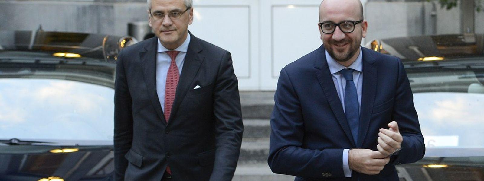 Der designierte Regierungschef Charles Michel  (rechts) und sein Co-formateur Kris Peeters verlassen die Marathon-Verhandlungen.