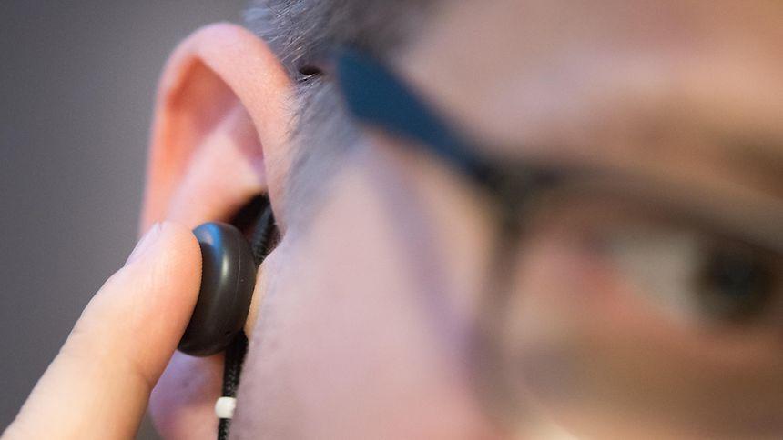 Knopf im Ohr für Musik und mehr. Googles Pixel Buds ist Headset, Kopfhörer und Abkürzung zum Googles Assitant in einem.