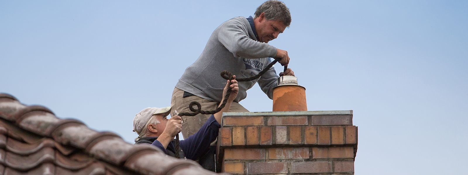 A equipa da Toitures Martino aconselha a limpeza das chaminés antes do Inverno e a supervisão dos telhados.