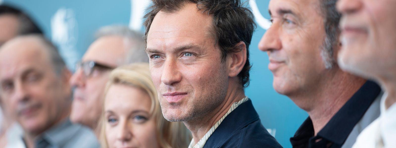 Jude Law (Mitte) lebte bislang nie zölibatär: Er hat fünf Kinder von drei Frauen, wobei er nur mit einer – Sadie Frost – verheiratet war. Seiner zweiten Ehefrau, Phillipa, gab er im Mai 2019 das Jawort.