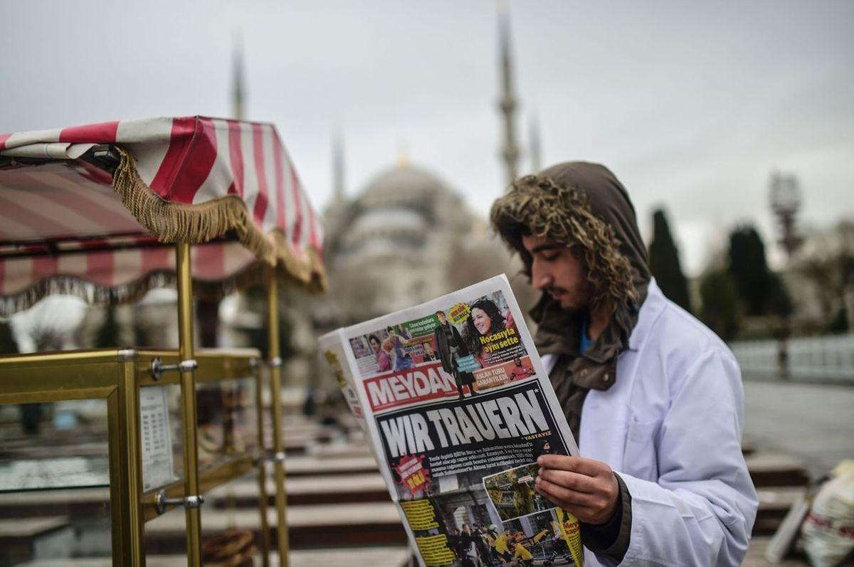 Eine türkische Zeitung zeigt Solidarität mit den deutschen Opfern.