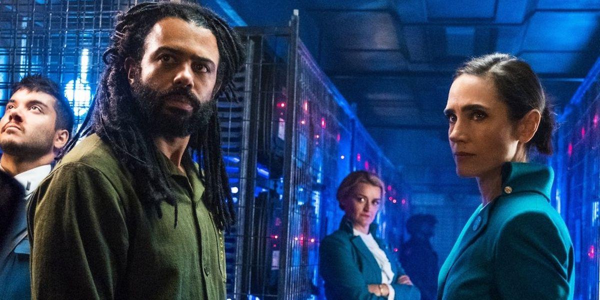 André Layton (Daveed Diggs) wird als Klassenloser von den Zughostessen Ruth (Alison Wright) und Melanie (Jennifer Connelly) mit der Aufklärung von zwei Morden betraut (v.l.n.r.).