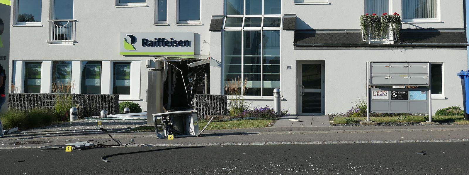 Der Eingangsbereich der Bankfiliale wurde arg in Mitleidenschaft gezogen.