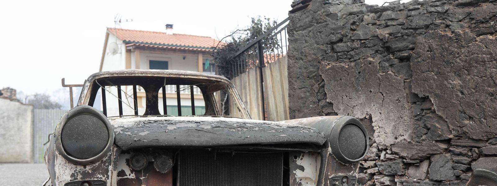 Uma carrinha destruída pelas chamas em Pobrais, Pedrogão Grande