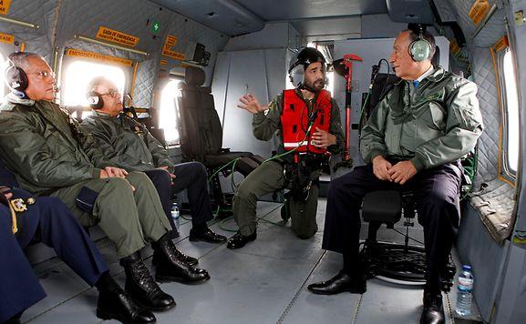 O Presidente da República, Marcelo Rebelo de Sousa (D), acompanhado pelo ministro da Defesa Nacional, José Azeredo Lopes (2-E), durante a sua participação num exercício de resgate da Força Aérea ao largo da costa portuguesa, 15 de março de 2017. ANTÓNIO PEDRO SANTOS/POOL/LUSA