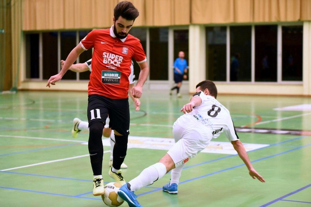 Kevin Marques (FCD03, en rouge) tente d'éviter André Piao (Union Titus Pétange Futsal)