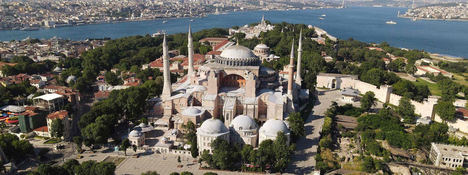 Mehr als 900 Jahre lang war die Hagia Sophia mit ihrer gewaltigen Kuppel das bedeutendste Gotteshaus der orthodoxen Christenheit und die Krönungskirche der Kaiser von Byzanz.