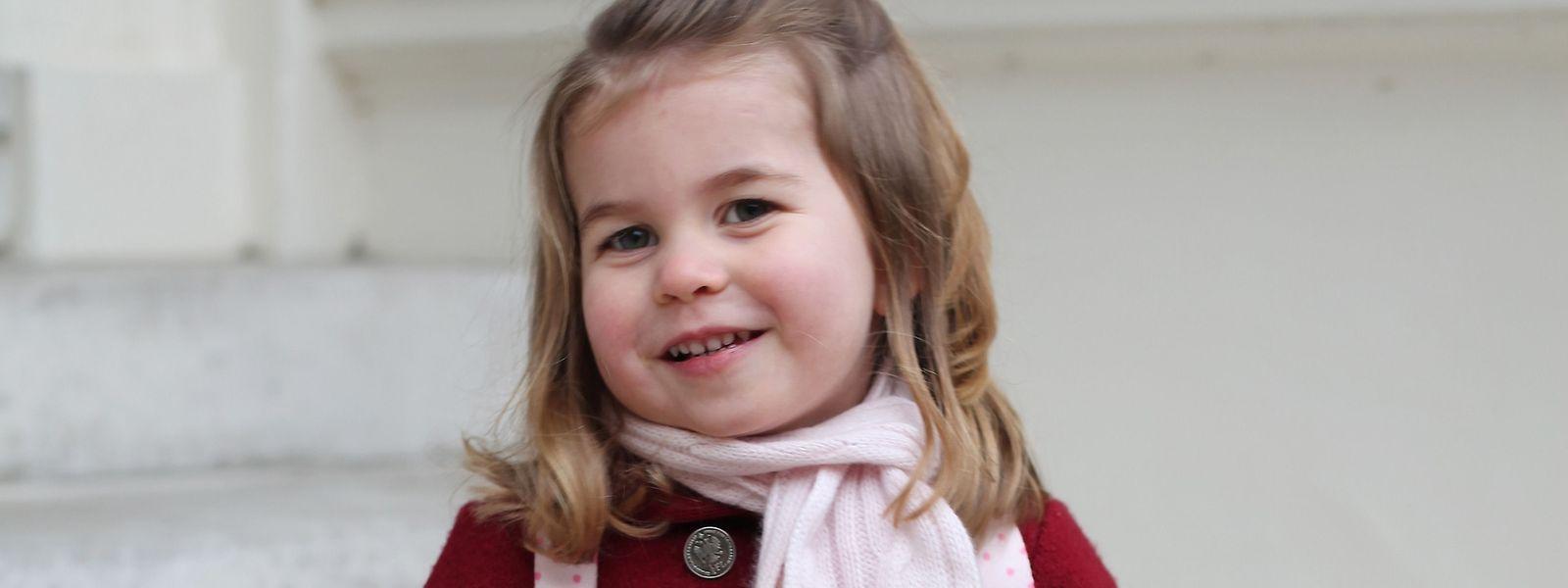 Die zweijährige Prinzessin Charlotte scheint sich auf den ersten Tag im Kindergarten zu freuen.