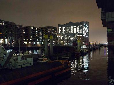 Mit dieser Lichtinstallation hat der Baukonzern Hochtief seine Arbeit abgeschlossen. Besucher können jetzt schon den Vorplatz besichtigen.