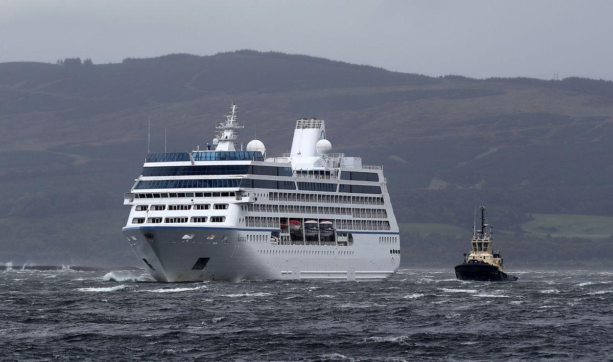 Greenock: Ein Schlepper ist neben dem Kreuzfahrtschiff Nautica zu sehen, das bei starkem Wind vor Greenock im Wasser liegt und sich am Nachmittag von ihrer Verankerung am Hafen von Greenock gerissen hatte.
