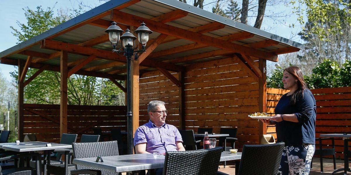 Ilda Ajdarpasic kredenzt einem Gast das Mittagsmahl auf der neuen Terrasse beim Campingplatz auf dem Galgenberg.