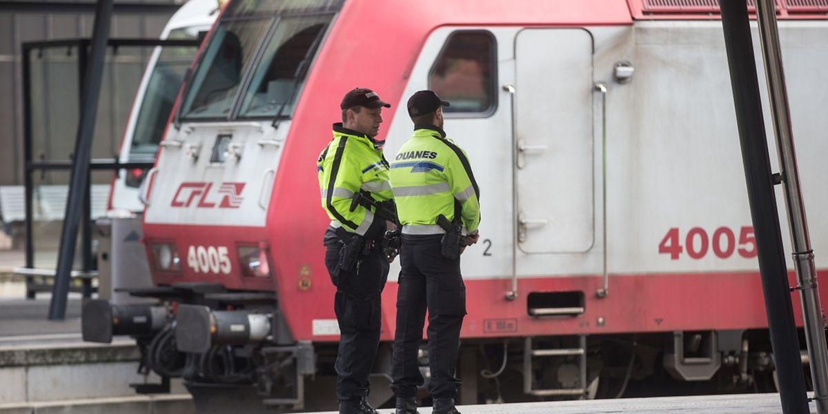 Verschärfte Polizeipräsenz am Flughafen Findel und am Bahnhof.