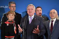 Volker Bouffier (CDU, M), Ministerpräsident von Hessen, spricht im Landtag von Hessen vor den Anhängern der CDU auf der Bühne. Nach ersten Prognosen hat die CDU bei der Landtagswahl in Hessen starke Verluste erlitten.