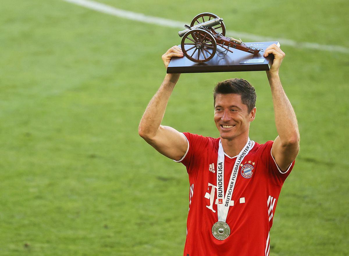 """Die Torjägerkanone gehört genauso zur Bundesliga wie der """"Kicker"""" selbst, der die Auszeichnung an den Torschützenkönig vergibt. Hier freut sich Bayern-Stürmer Robert Lewandowski."""