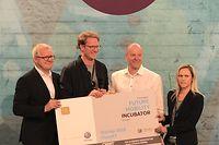Frédéric Stiernon (3e à partir de la gauche) a remporté le prix de la mobilité du futur du concours de Volkswagen.