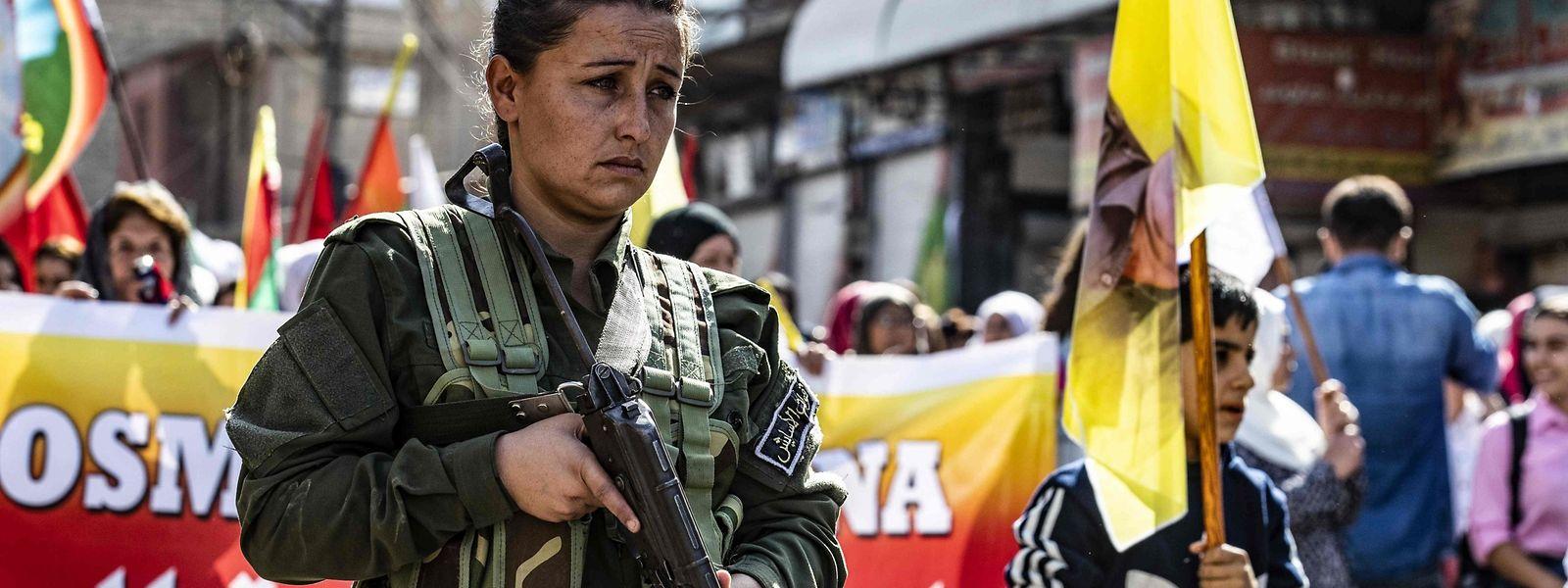 Mitglieder einer syrischen Kurdenmiliz protestierten gegen Trumps Ankündigung.