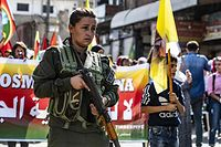 Mitgliedre einer Syrischen Kurdenmiliz protestierten gegen Trumps Ankündigung.