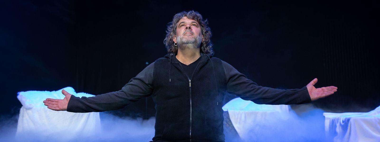 """Serge Tonnar inszeniert für das Kasemattentheater """"Rote Nelken für Herkul Grün"""", ein provokantes Stück von Roger Manderscheid."""