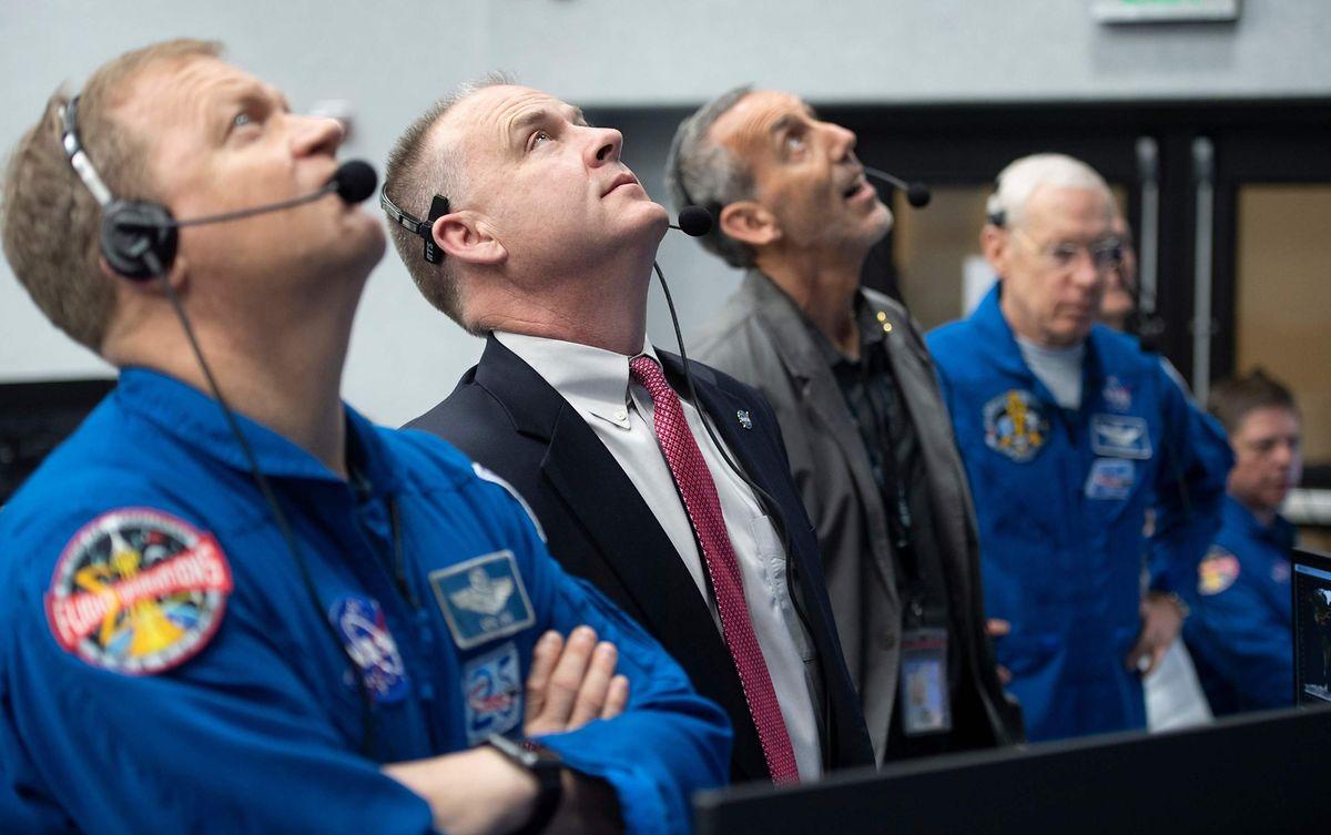 """NASA-Astronaut Doug Hurley (l.) und der Chef des Astronaut Office Pat Forrester (2.v.l.) verfolgen den Start der Falcon-9-Rakete mit dem Raumschiff """"Crew Dragon""""."""