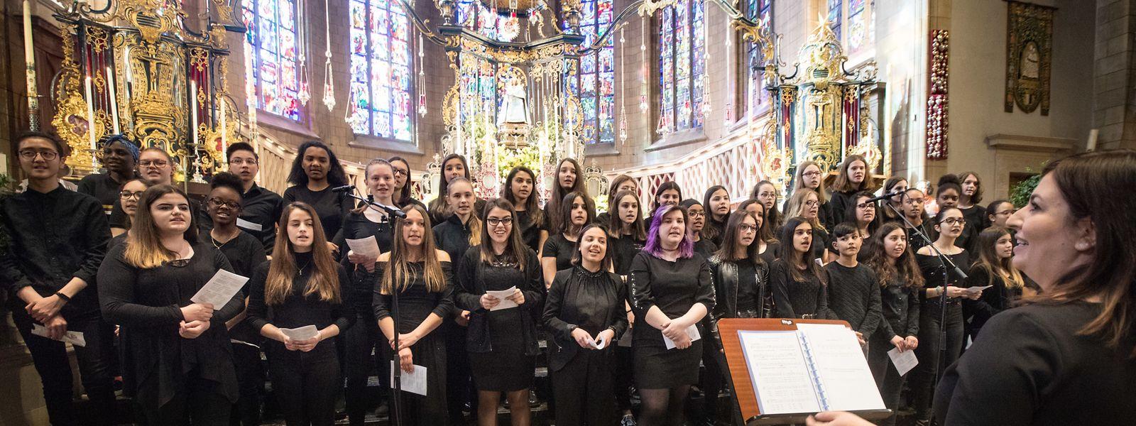 """Mit dem Disney-Lied """"How far I'll go"""" sangen sich die Mitglieder des Fieldgenchores bei der Muttergottesoktave in die Herzen der Gemeinschaft."""