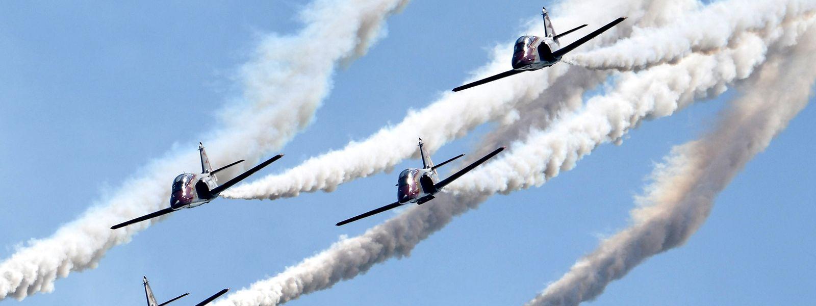 Jets der spanischen Patrulla Aguila fliegen auf der Internationalen Luftfahrtaustellung ILA ein Element ihrer Flugshow.