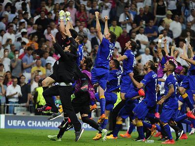 Juventus' players celebrate winning the UEFA Champions League semifinal second leg football match Real Madrid FC vs Juventus at the Santiago Bernabeu stadium in Madrid on May 13, 2015.      AFP PHOTO / CURTO DE LA TORRE