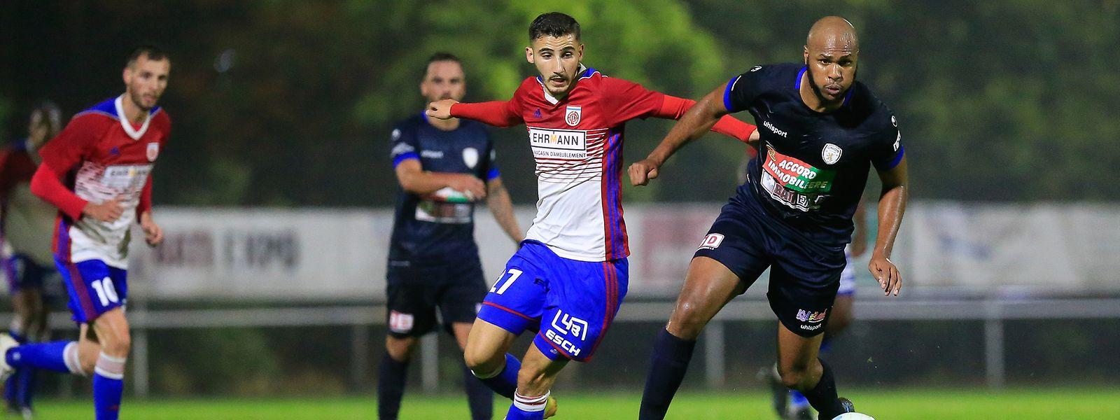 Zachary Hadji, ici devancé par Sonhy Sefil, a permis au Fola de refaire surface en inscrivant un penalty.