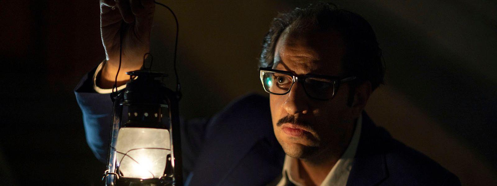 Der charmante Anti-Held dieser Serie ist der zynische Wissenschaftler Dr. Refaat Ismail, gespielt von Ahmed Amin, der als Mann der Ratio alles Übernatürliche zu leugnen versucht.