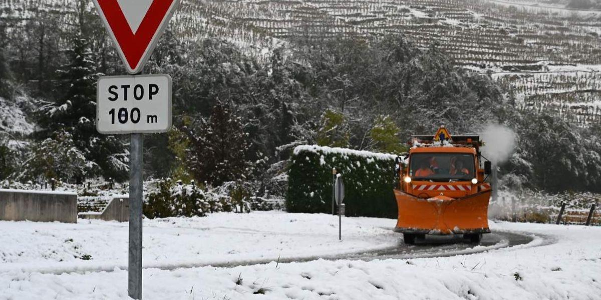 Ein Schneepflug musste an der Rhône ungewöhnlich früh ausrücken.