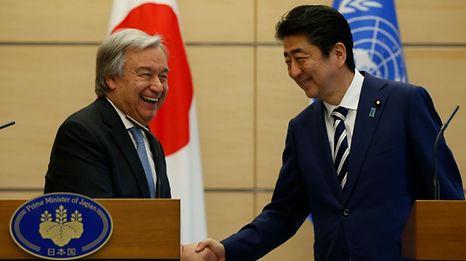 O secretário-geral da ONU, António Guterres, e o Primeiro-ministro japonês, Shinzo Abe.