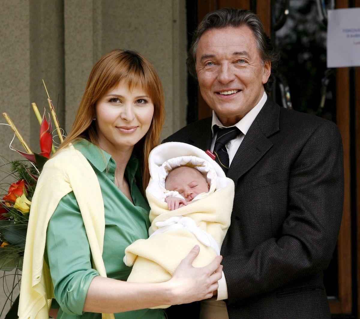 2006: Der tschechische Sänger Karel Gott und seine Lebensgefährtin Ivana Machackova stellen ihre neugeborene Tochter Charlotte vor der Prager Klinik Podoli vor.