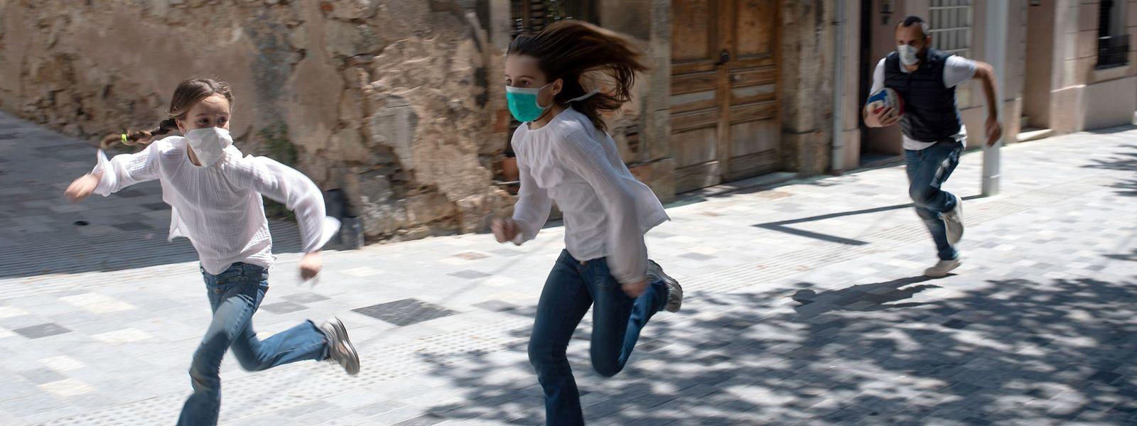 En Espagne, les enfants ont pu recommencer à sortir dans les rues après six semaines de déconfinement.