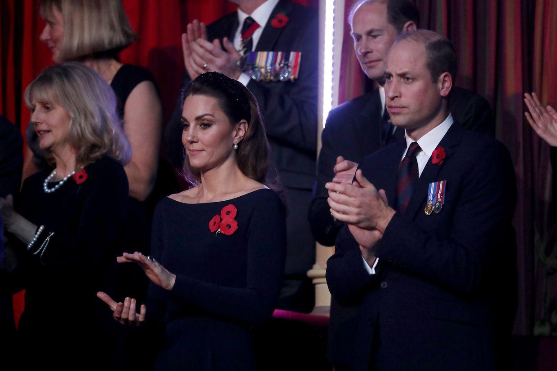 09.11.2019, Großbritannien, London: Der britische Prinz William (r) und Kate, die Herzogin von Cambridge,  nehmen an der jährlichen Royal British Legion Festival of Remembrance in der Royal Albert Hall teil. Im Hintergrund ist Prinz Edward (r), Earl of Wessex, zu sehen. Der Remembrance Day wird in den Ländern des Commonwealth am 11. November gefeiert, um gefallenen Soldaten zu gedenken. Foto: Chris Jackson/PA Wire/dpa +++ dpa-Bildfunk +++