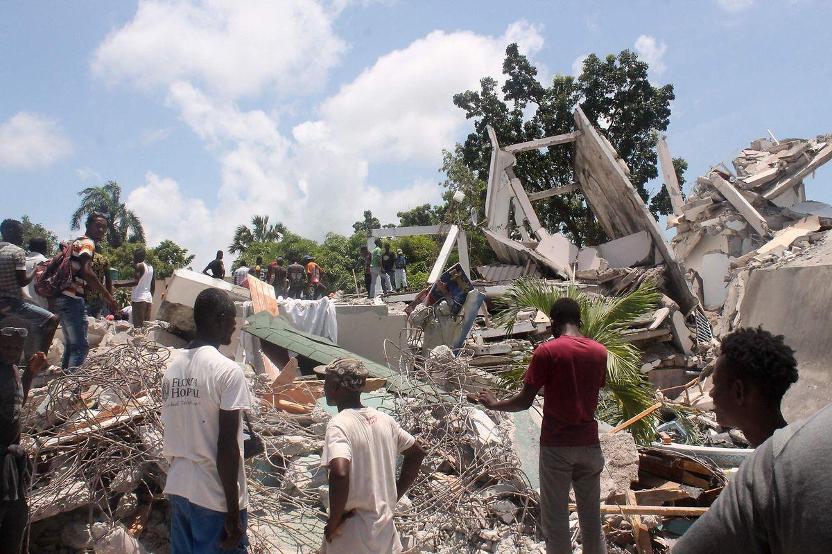 Helfer suchen in den Ruinen eines Hotels nach Überlebenden.