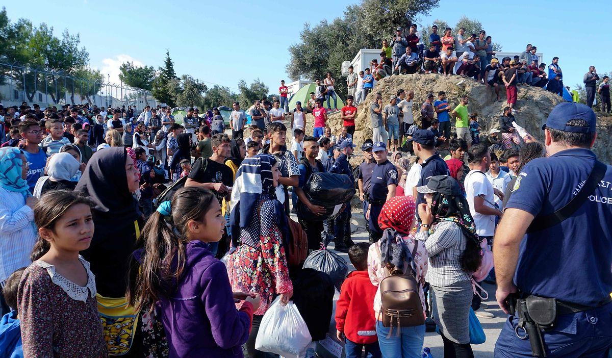 Hunderte Flüchtlinge und Migranten warten darauf, aus dem überfüllten Lager Moria in andere Lager in den Norden Giechenlands umgesiedelt zu werden.