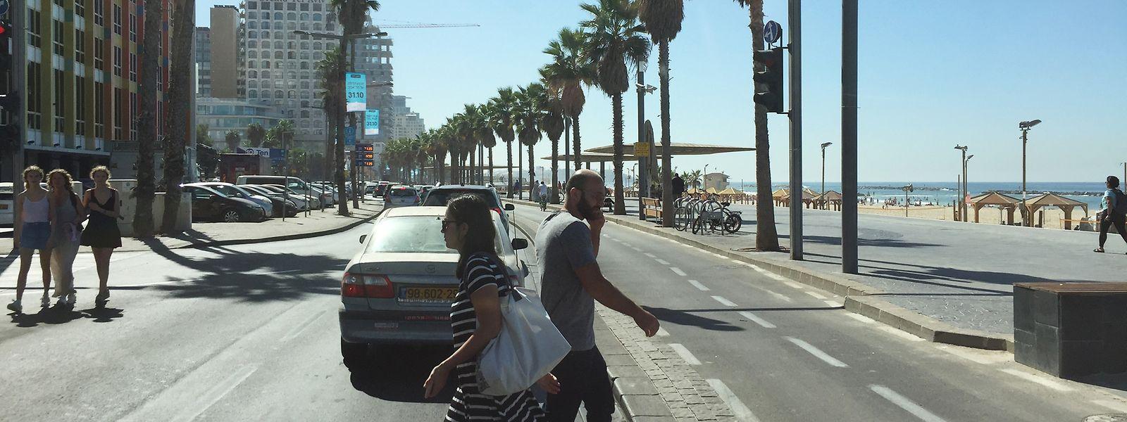 L'avenue Samuel Herbert sur le front de mer de Tel Aviv où les touristes se mêlent aux travailleurs.